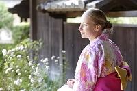 ピンク色の浴衣を着ている若い外国人女性