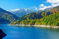 富山県 黒部湖と新雪の赤牛岳
