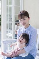 デッキのベンチに座る日本人親子