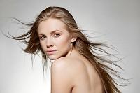 髪をなびかせる美しい外国人女性