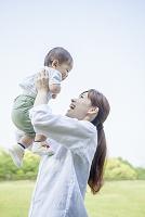 赤ちゃんを抱き上げる笑顔の母親