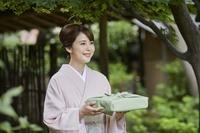 微笑む着物を着た日本人女性