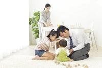 朝食の支度をするママと赤ちゃんをあやす姉とパパ
