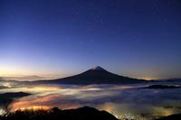 山梨県 満天の星と雲海に浮かぶ富士山