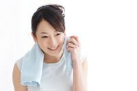 汗を拭う日本人女性