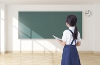 黒板を見る女の子