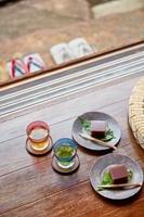 縁側に置かれたお茶と和菓子