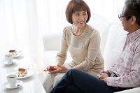 カフェで話をしている中高年夫婦