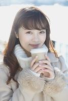 外でくつろぐ日本人女性