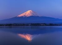 山梨県 赤富士 河口湖から望む富士山 逆さ富士