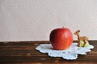 リンゴと子鹿の置き物