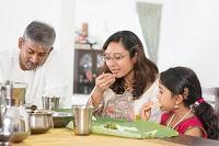 食事をするインド人の家族
