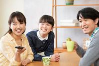 テレビを見る団らんの日本人家族