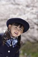 制服姿の幼稚園児の女の子