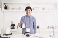 コーヒーをドリップする男性