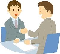 商談で握手をする中年男性