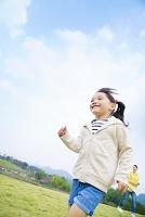 走る笑顔の女の子