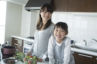 キッチンの女の子と母親
