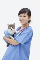 猫を抱く獣医