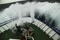 大波に揺られている漁船