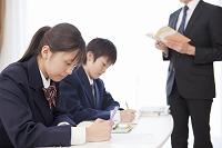 勉強する高校生