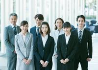 並んで立つ日本人ビジネスパーソン