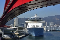 兵庫県 神戸 神戸港にQUANTUM OF THE SEASが停泊