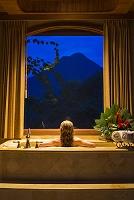 コスタリカ ホテルの浴室からアレナル火山を眺める女性