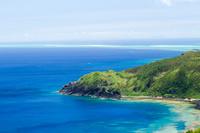 沖縄県 コバルトブルーの海が眼下に広がる比屋定バンタ