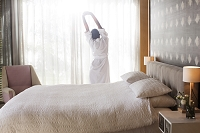 朝ベッドから起き出た女性