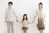 手を繋ぐ笑顔の日本人家族