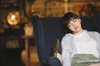 カフェでリラックスする若い日本人女性