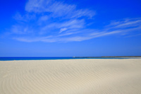 福岡県 芦屋海水浴場 砂浜の風紋と響灘 青空