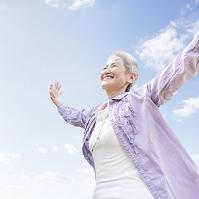 両手を広げるシニア日本人女性