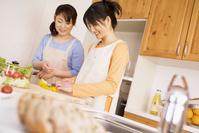キッチンで料理をする母娘