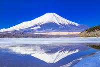 山梨県 冬の山中湖と富士山