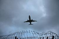 曇り空と飛行機と鉄条網
