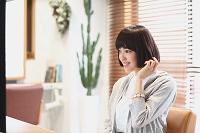 美容院にいる若い日本人女性