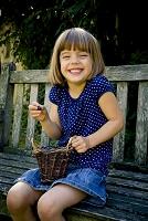籠の中のブルーベリーを持って笑顔の女の子