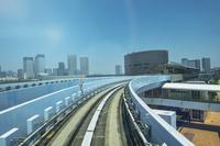 ゆりかもめから望む市場前駅と晴海、豊洲のビル群