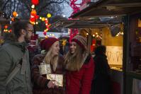 クリスマスマーケットを楽しむ若者