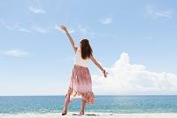 海岸でポーズをとっている女性