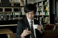 喫茶店で休憩する20代ビジネスマン
