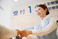 病院の窓口の若い日本人女性