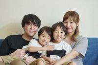 団らんする日本人家族