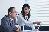 シニアインターンを指導するビジネスウーマン