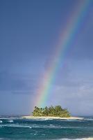 島に架かる虹