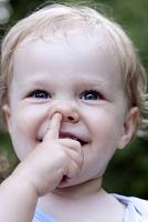 ドイツ 鼻に指を入れる女の子