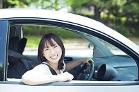 運転席に座る笑顔の日本人女性