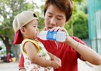子供の成長 男の子(1才) 熱中症にならないように水分補給をする